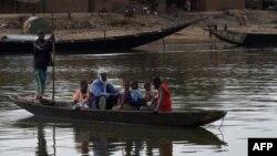 Une pirogue sur le fleuve Niger le 9 mars 2016.