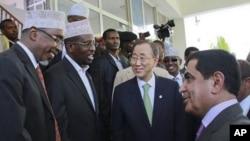 Le président du parlement somalien Sharif Hassan Sheik Aden (à g.) et le président somalien Sheik Sharif Sheik Ahmed (2e à g.) accueillent Ban Ki-moon à Mogadiscio (9 déc. 2011)