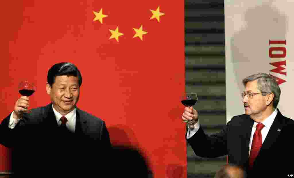 Phó Chủ tịch Trung Quốc Tập Cận Bình và Thống đốc bang Iowa Terry Branstad nâng ly chúc mừng trong một dạ tiệc chính thức tại Dinh Quốc Khách Iowa, tại Des Moines, Iowa hôm 15/2/2012, (AP)