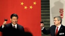 Chủ tịch Trung Quốc Tập Cận Bình và Thống đốc bang Iowa Terry Branstad nâng ly chúc mừng trong một dạ tiệc chính thức ở Des Moines, Iowa, 15/2/2012.
