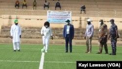 La ministre des sports Lidi Bessi Kama donne le coup d'envoi de la saison 2020-2021 à Sokodé, 3 avril 2021.