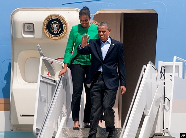 U.S. President Barack Obama and first lady Michelle Obama exit Air Force One for their trip to the Standing Rock Indian Reservation in Cannon Ball, North Dakota, in Bismarck, N.D., June 13, 2014. (AP)