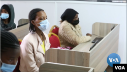 Dera Anyanya (kanan), pengungsi asal Ethiopia, dalam kelas kursus komputer. (VOA/videograb)