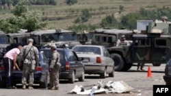 Військові НАТО патрулюють перепускний пункт на кордоні між Сербією і Косовом