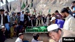 Komunitas Hazara menguburkan anggota kelompok mereka yang dibunuh pria bersenjata tak dikenal di kota Quetta, Pakistan. (Foto: Dok)