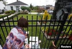 지난 2009년 마이클 잭슨의 고향인 미국 인디애나주 게리시 생가 앞에서 팬이 사진을 찍고 있다.