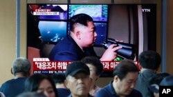 지난 6일 한국 서울역 대합실에 설치된 TV에서 북한의 미사일 발사 관련 뉴스가 나오고 있다.