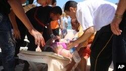 兩名槍手在突尼斯蘇塞一個海灘度假酒店發動攻擊,圖為醫護人員在海灘上救治傷員。