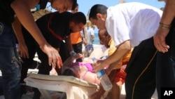 Para petugas medis merawat korban luka-luka akibat serangan teror di hotel Imperial Marhaba, kota Sousse, Tunisia, Jumat (26/6).