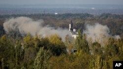 7일 우크라이나 동부 도네츠크 공항 인근에서 정부군과 친러시아 분리주의 반군의 교전으로 연기가 치솟고 있다.