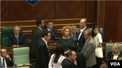 Opozicioni kosovski parlamentarci u skupštini, 8. oktobar 2015.