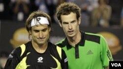 Petenis Inggris Andy Murray, kanan, dan petenis Spanyol David Ferrer berbincang di net setelah Murray memenangkan semifinal kejuaraan tenis Australia Terbuka hari Jumat (28/1).