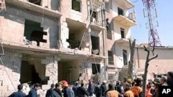 ພວກທີມກູ້ໄພກໍາລັງທໍາການສໍາຫລວດເບິ່ງສະຖານທີ່ແຫ່ງນຶ່ງທີ່ໄດ້ ຮັບຄວາມເສຍຫາຍຈາກລະເບີດທີ່ຫ້າງໄວ້ໃນລົດຄັນນຶ່ງໃນເມືອງ Aleppo ໃນພາກເໜືອຂອງຊີເຣຍ. ວັນທີ19 ມີນາ 2012.
