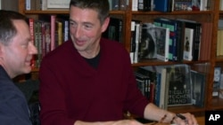 罗恩.里根为读者签名