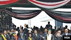 Para pemimpin Afrika, termasuk Presiden Sudan Omar al-Bashir (kedua dari kanan), menghadiri pengesahan konstitusi baru Kenya di Nairobi, 27 Agustus 2010.