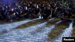 香港大學學生曾經在2015年舉行黑衣靜坐示威,抗議中國當局干預香港學術自由。(2015年10月9日)
