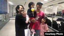 Nhà hoạt động Bạch Hồng Quyền và gia đình tại phi trường International Pearson Airport ở Toronto, Canada, vào ngày 3/5/2019.