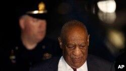 Bill Cosby, pandan li t ap kie tribinal kote yon jij jwenn li koupab deske li komèt plizyè abi seksyèl.
