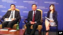 茅于軾在2012年在卡內基和平基金會談中國經濟、政治和美中外交(資料照片)