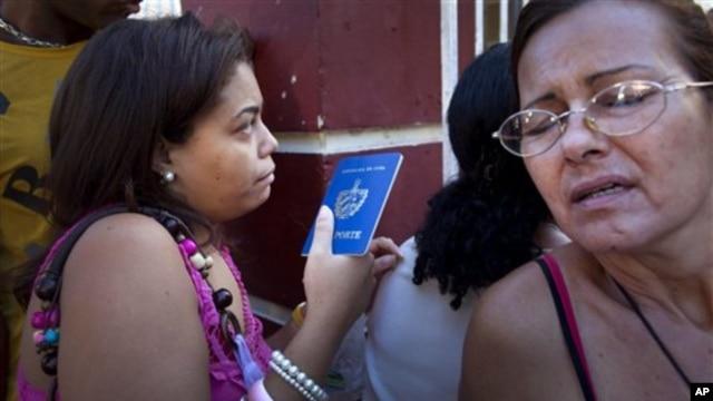 쿠바에서 14일을 기해 해외여행 자유화 조치가 실시된 가운데, 출입국사무소 앞에 줄 선 쿠바 주민들.