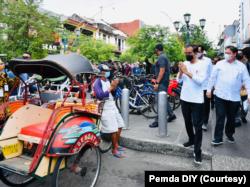 Jokowi menyusuri Jalan Malioboro dari Istana Kepresidenan Gedung Agung. (Foto: Courtesy/Humas Pemda Yogya)