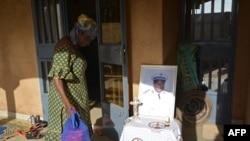 Une femme rend hommage à un soldat burkinabé tué à l'état-major de l'armée lors d'une attaque terroriste à l'extérieur de la maison de la famille du soldat à Ouagadougou, le 4 mars 2018.