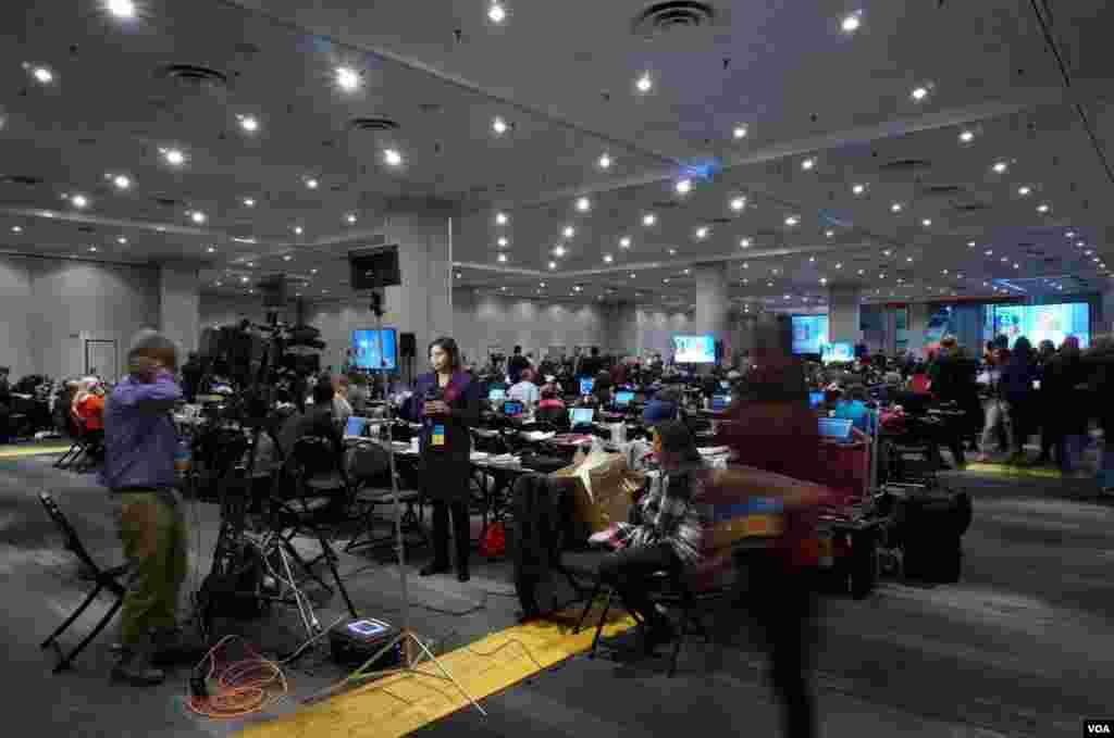 克林顿竞选夜总部新闻中心 (美国之音章真拍摄)