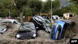 Tumpukan kendaraan di sebuah jalan di Breil-sur-Roya, di tenggara Perancis, 4 Oktober 2020, setelah banjir yang menimbulkan kerusakan luas.