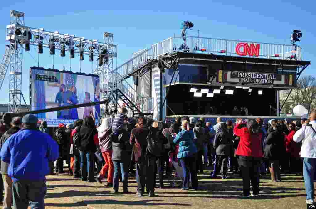 Le public regardant la cérémonie privée d'investiture du Président Obama à la Maison Blanche sur un écran géant au National Mall. 20 janvier, 2013 (VOA / D. Manis)