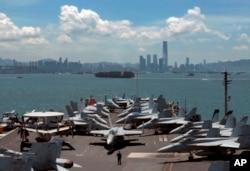 """2012年7月10日,美国乔治•华盛顿号航空母舰在香港做短暂停靠。2012年美国总统奥巴马对东南亚进行了访问,以推动""""重返亚洲""""战略。凭借美国强大的军事力量和外交影响力,华盛顿在维护亚太地区和平上会起到怎样的作用成为人们关心的问题。(资料照片)"""