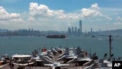 Tàu khu trục USS George Washington ghé cảng ở Hong Kong cách đây 5 năm. Tổng thống đương nhiệm lúc đó Barack Obama tới thăm Đông Nam Á để thúc đẩy chính sách 'xoay trục châu Á' trước sự bành trướng của Trung Quốc trên biển Đông.