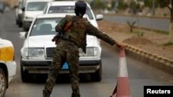 2013年8月5日保安人员在也门首都萨检一个查站