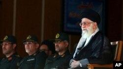 El ayatolá Ali Khamenei asiste a una graduación militar en Teherán junto al alto mando de la Guardia Revolucionaria iraní.