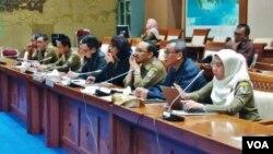 Rapat kerja antara pemerintah dengan Komisi VII Dewan Perwakilan Rakyat terkait pencemaran lingkungan di gedung MPR/DPR, Jakarta hari Selasa (22/5).(Foto: VOA/Fathiyah)