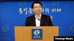 김형석 한국 통일부 대변인이 합동브리핑실에서 성명을 발표하고 있다.