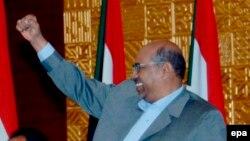 Le président soudanais Omar el-Béchir lève le point lors d'une réunion avec le leader de l'opposition de son pays Mohammed Osman al-Mirghani (non visible sur la photo) à Khartoum, Soudan, 12 novembre 2008. EPA/PHILIP DHIL