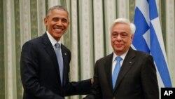 Tổng thống Mỹ Barack Obama bắt tay người đồng nhiệm Hy Lạp Prokopis Pavlopoulos ở Athens, 15/11/2016.
