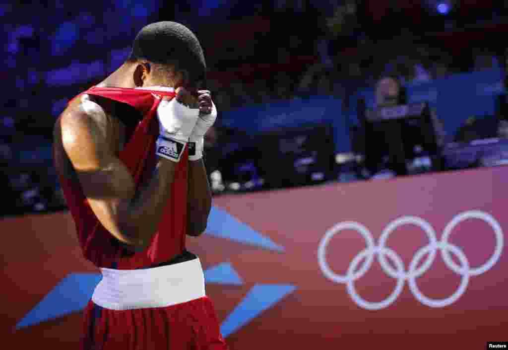 Jamel Herring, de Estados Unidos, abandona el ring luego de ser derrotado por Daniyar Yeleussinov, de Kazajstán, en boxeo.