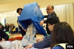 新界東立法會補選開投票箱點票情形。(美國之音湯惠芸攝)