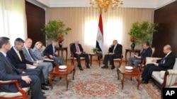 Amerikalı senatörler Mısır Cumhurbaşkanı Yardımcısı Muhammed ElBaradey ile görüşürken