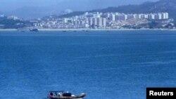 与台湾金门岛一水相隔的中国厦门 (资料照片)
