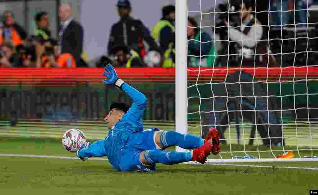 لحظه مهار پنالتی توسط علیرضا بیرانوند، دروازهبان تیم ملی ایران در بازی با عمان در جام ملتهای آسیا