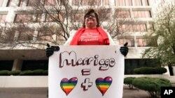 一名同性婚姻支持者在美国第五巡回上诉法庭外展示标语(2015年1月9日)