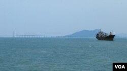 中国早已开始在马六甲海峡布局,马来西亚的槟城第二跨海大桥就是中国投资建造的。(美国之音朱诺拍摄,2016年03月21日)