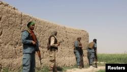 Cảnh sát Afghanistan canh gác trong một trận giao tranh với Taliban ở thị trấn Nahr-e-Saraj trong tỉnh Helmand, ngày 11/5/2016.
