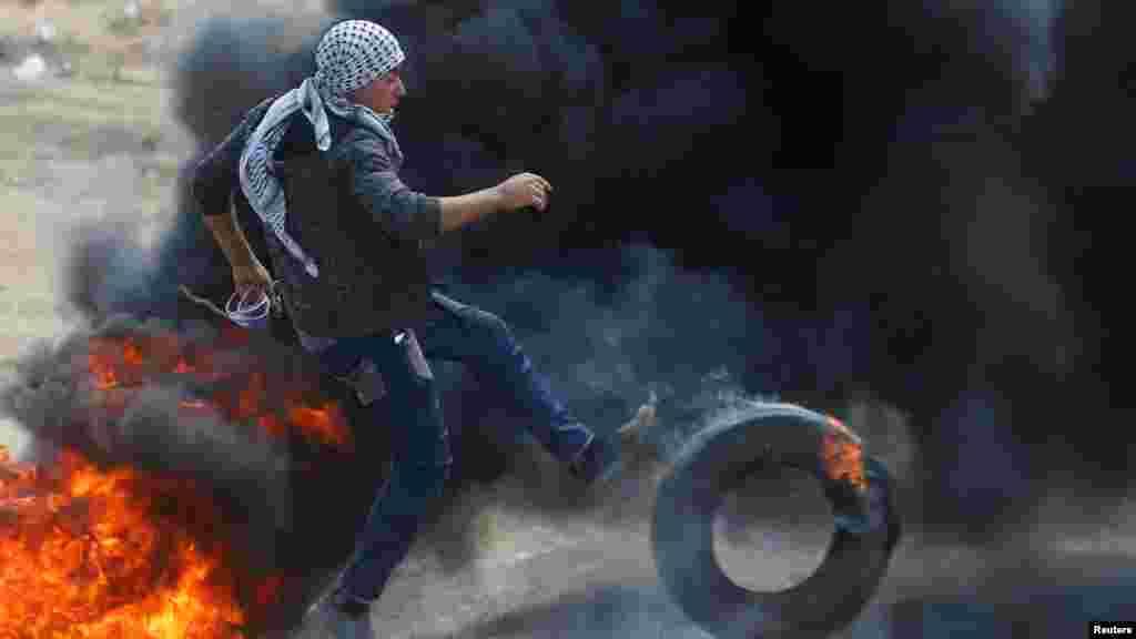 همزمان با گشایش سفارت امریکا در بیت المقدس، فلسطینیان مظاهراتی را در مرز غزه با اسرائیل برگزار کردند تا اعتراض شان را به این اقدام نشان دهند