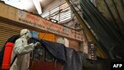 Radnik dezinfukuje tržnicu Orussey u Phnom Penhu u Kambodži nakon što je nekoliko prodavača bilo zaraženo koronavirusom, 4. april 2021.
