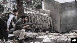 叙利亚反政府武装人士在政府军的狙击下隐蔽起来