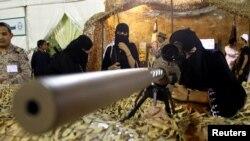 Seorang pengunjung tengah memperhatikan sebuah senjata dalam pameran persenjataan di Abha, Arab Saudi, 20 April 2017. (Foto: dok).