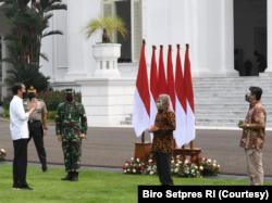 Presiden Jokowi Meresmikan Pembagian Obat dan Vitamin Gratis bagi Pasien COVID-19 yang sedang Isoman di Istana Merdeka, Jakarta, Kamis (15/7). (Foto: Courtesy/Biro Setpres)